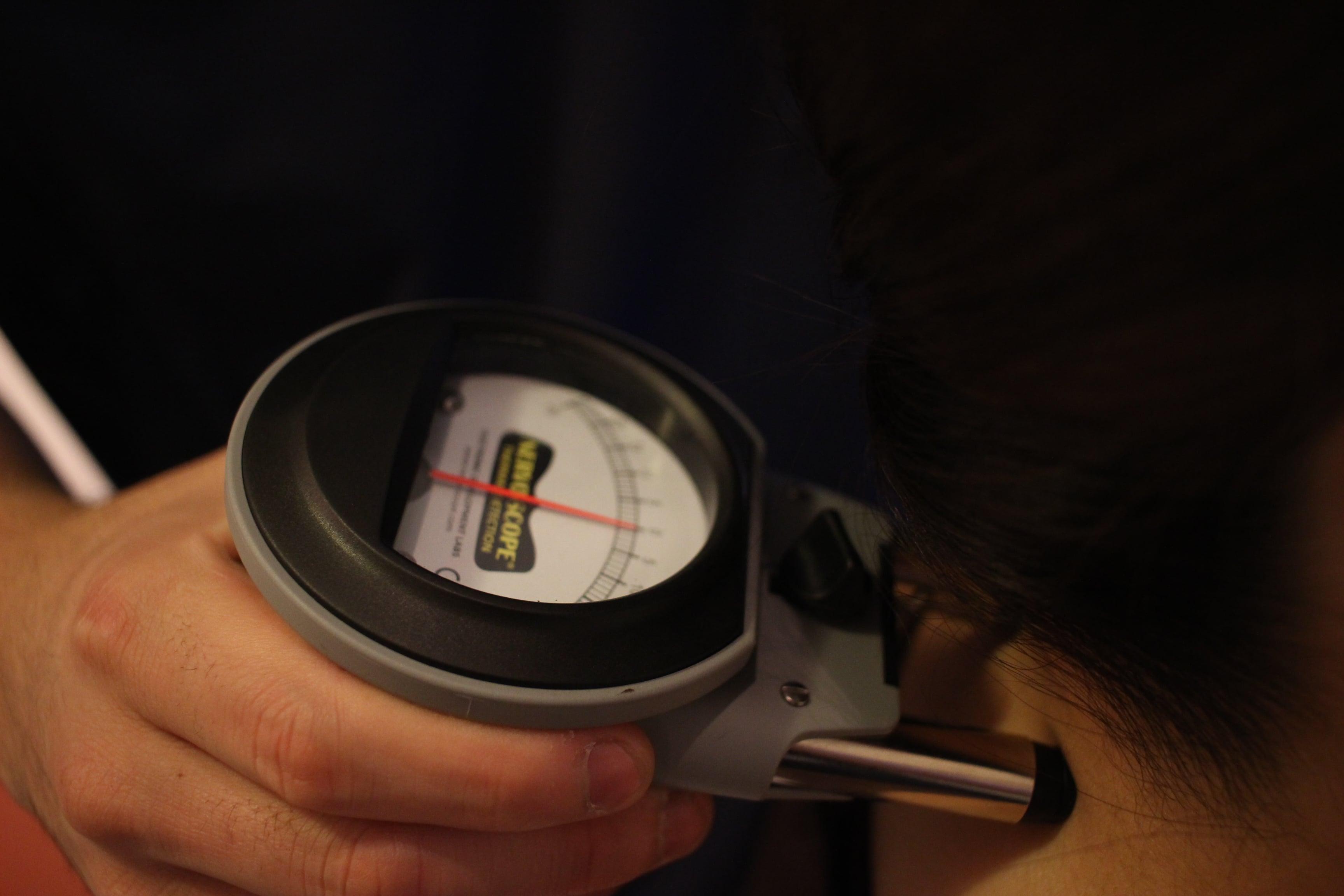 背骨両脇の温度を測定する検査の様子