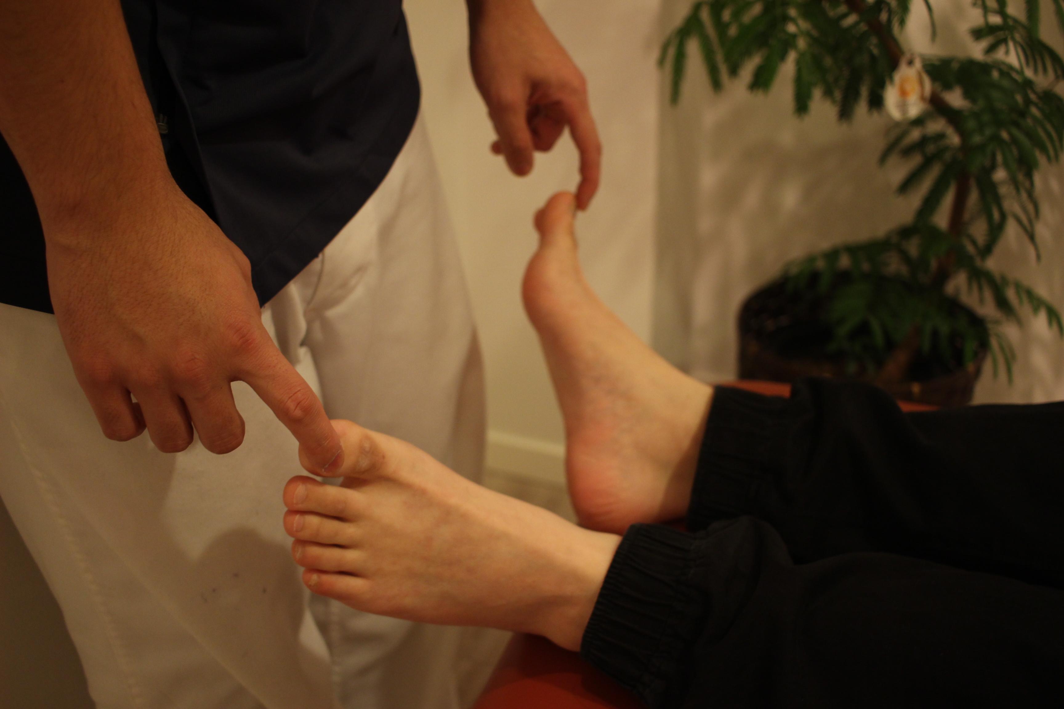 足のしびれ・神経痛に筋力低下がともなっていないか検査している図