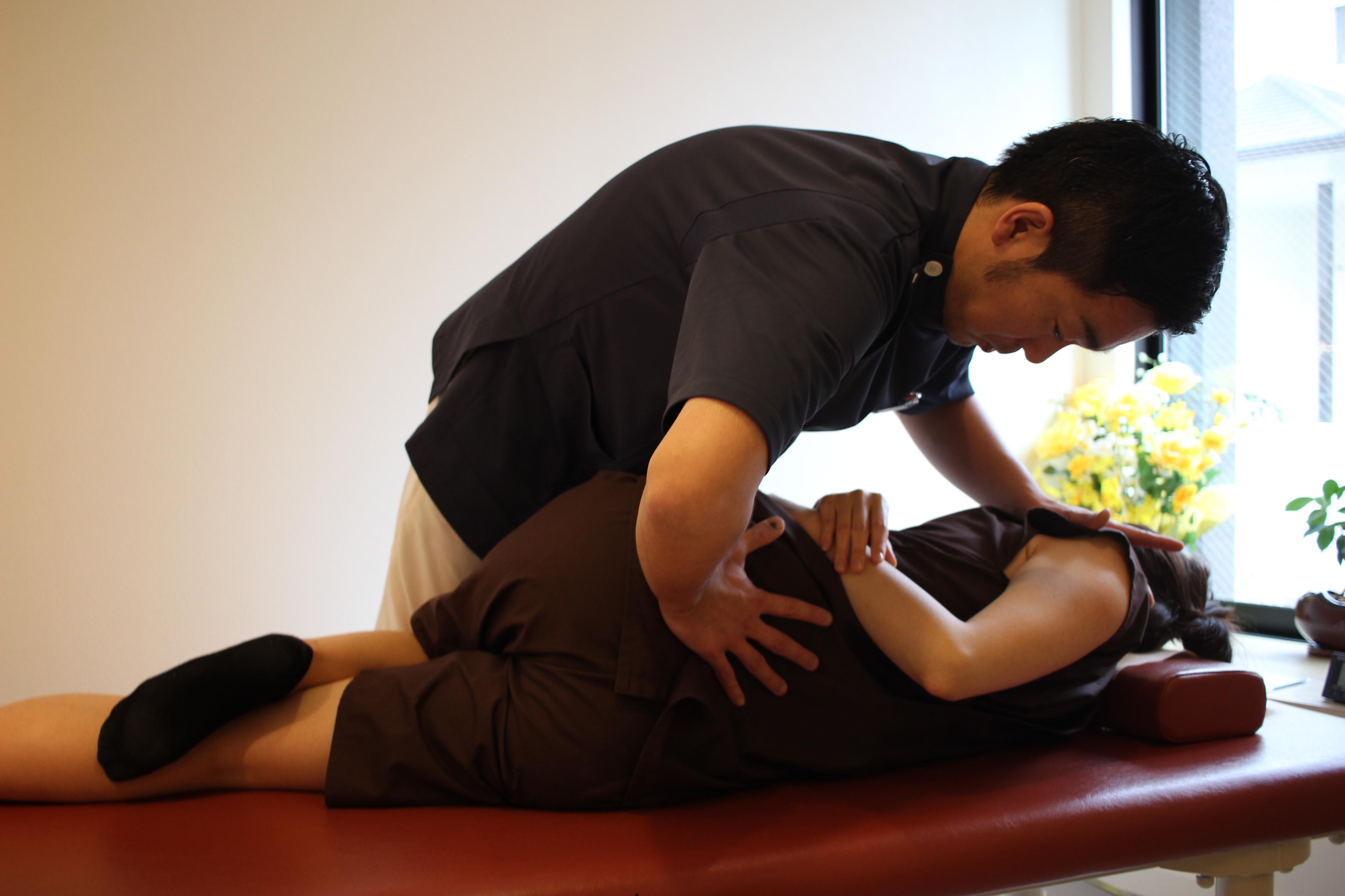 しびれの原因が腰・骨盤だった場合の横向きの矯正