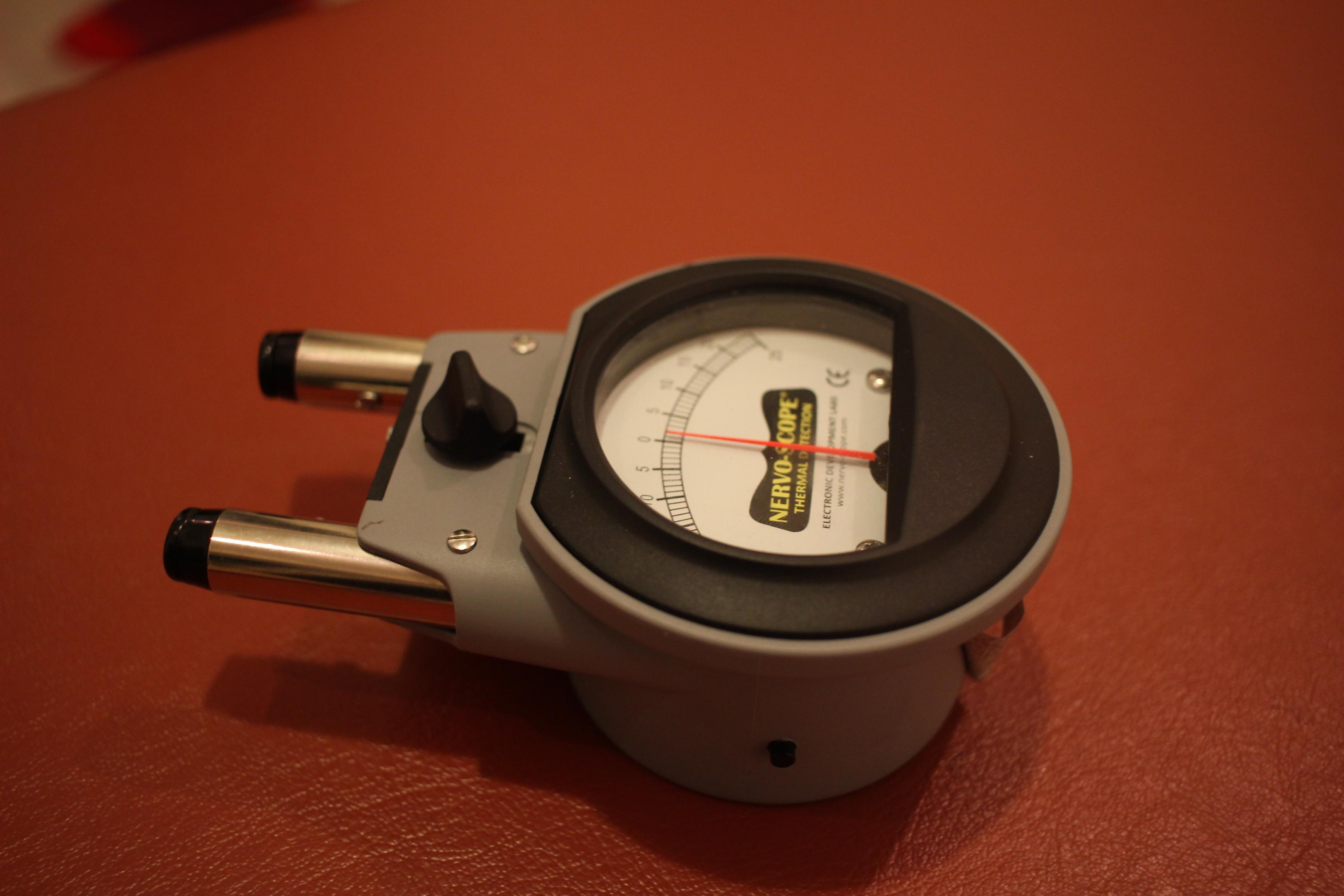 背骨両脇の温度を測る機器の図