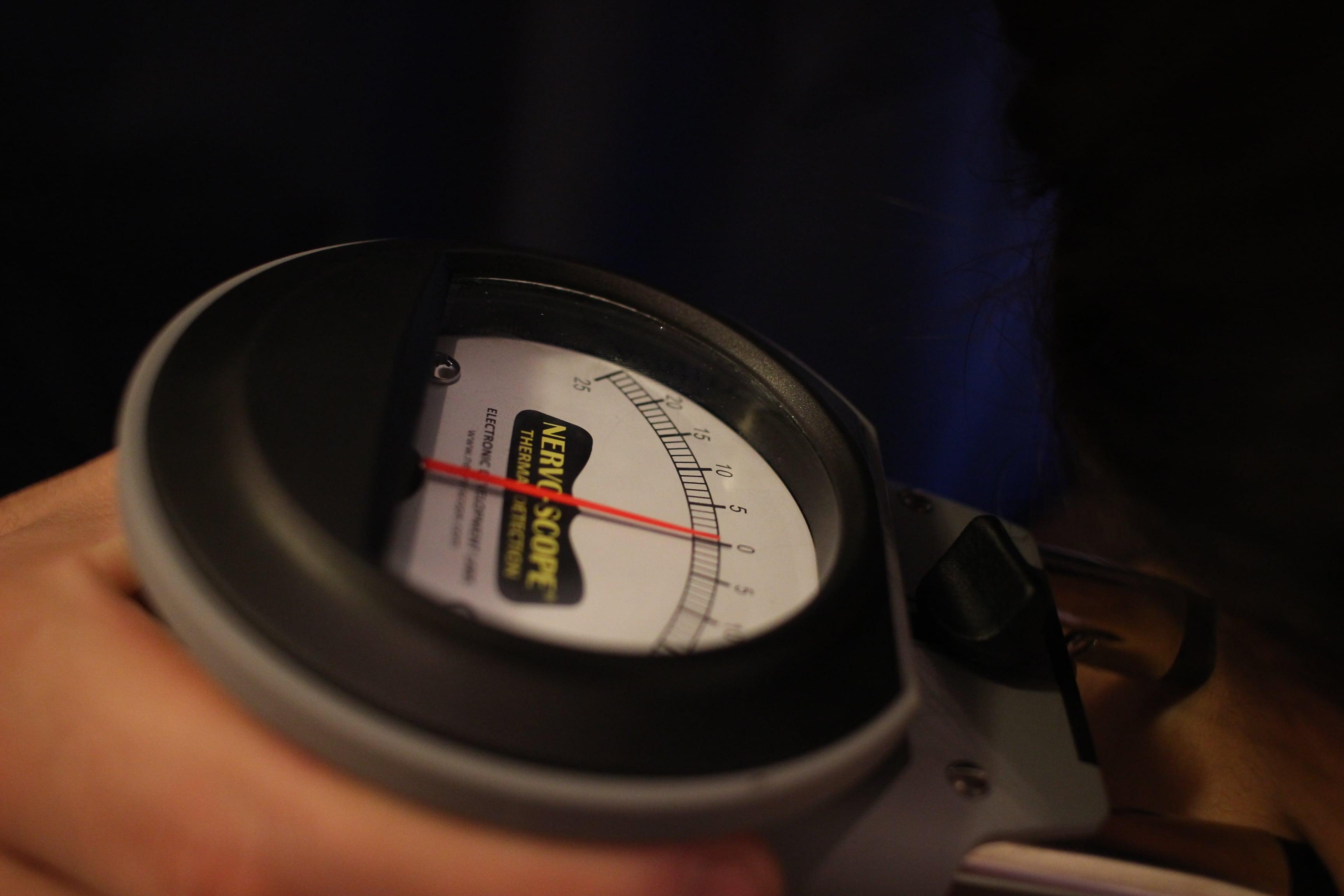 患者様の背骨両脇の温度を測定している図